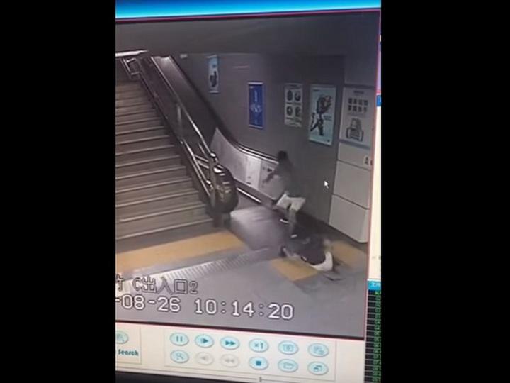 Падение пассажирки метро в люк работающего эскалатора попало на видео - ВИДЕО