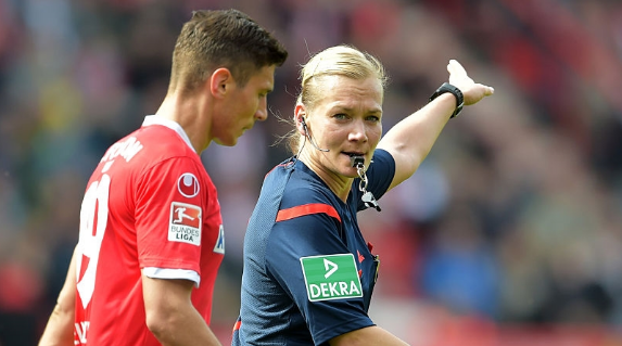 Сегодня впервые в истории Бундеслиги арбитром матча будет женщина — ФОТО