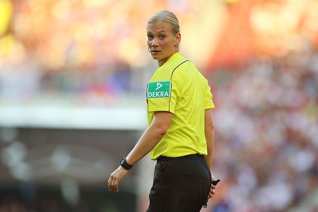 Сегодня впервые в истории Бундеслиги арбитром матча будет женщина - ФОТО