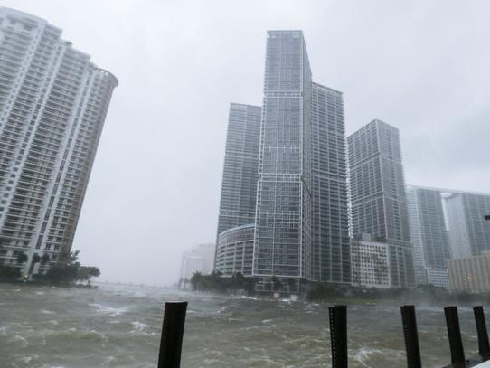Ветер снес строительный кран в Майами — ВИДЕО