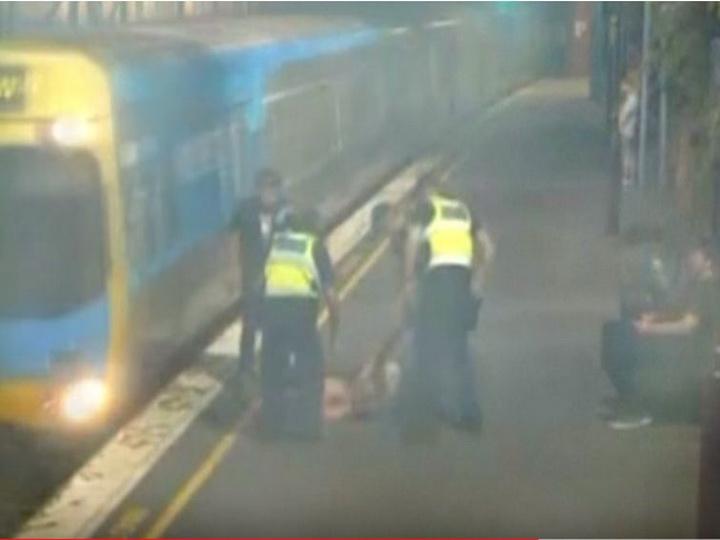 Офицеры спасли нетрезвую пассажирку за секунду до столкновения с поездом - ВИДЕО