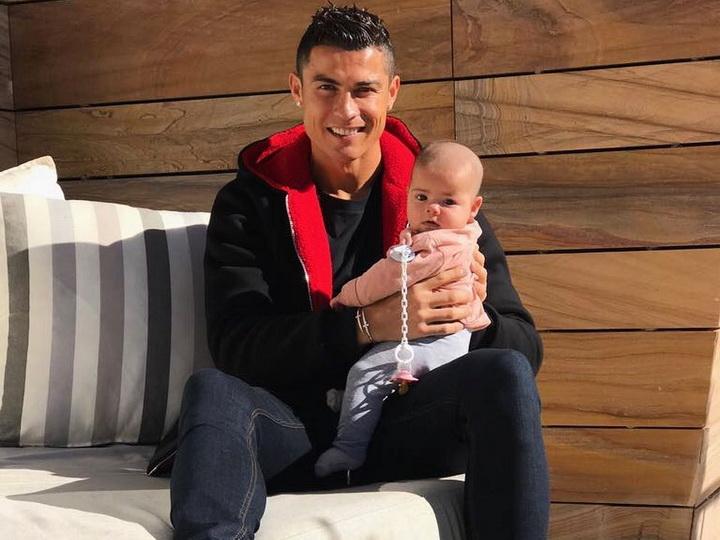 Криштиану Роналду показал лицо новорожденной дочери – ФОТО