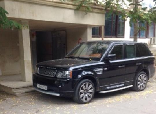 В Баку водитель дорогого внедорожника нагло заблокировал вход в девятиэтажку – ФОТО