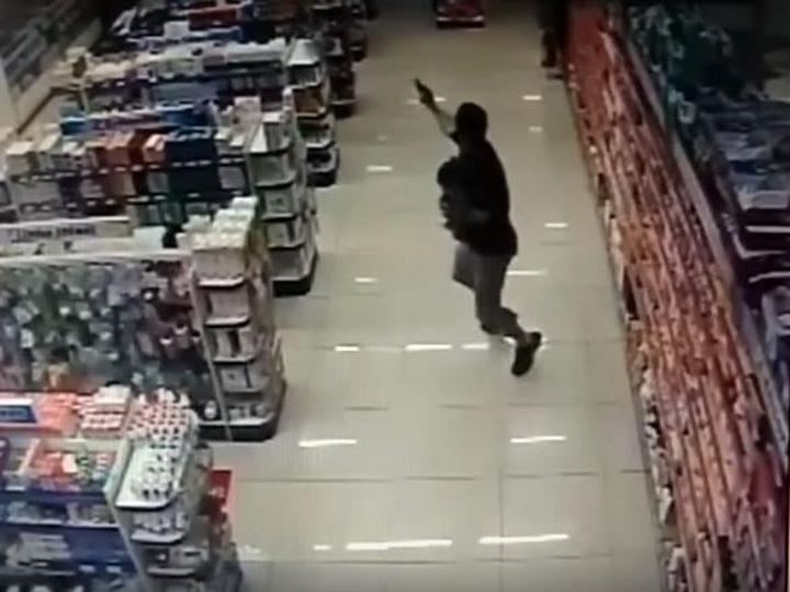 Полицейский расстрелял грабителей, держа на руках маленького сына —  ВИДЕО