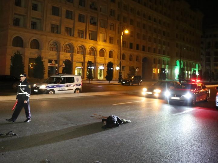 В Баку переходивший дорогу в неположенном месте пешеход был насмерть сбит автомобилем – ФОТО