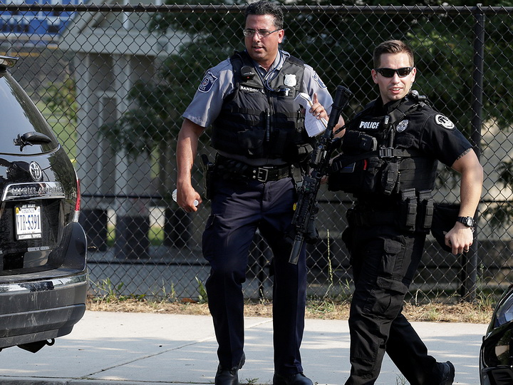 В США объявили награду в $40 тысяч за застрелившего полицейского мужчину