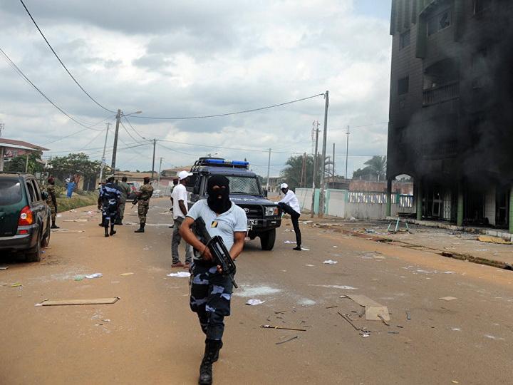 В Габоне мужчина с ножом напал на сотрудников National Geographic