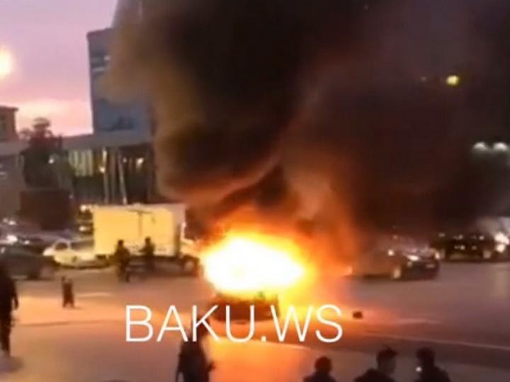 В центре Баку загорелся автомобиль – ВИДЕО
