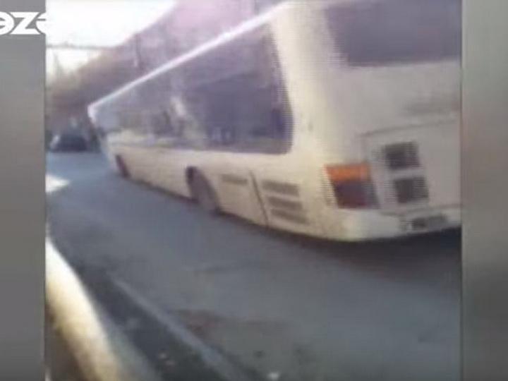 В Баку неисправный автобус заставил пассажиров пережить тревожные моменты – ВИДЕО