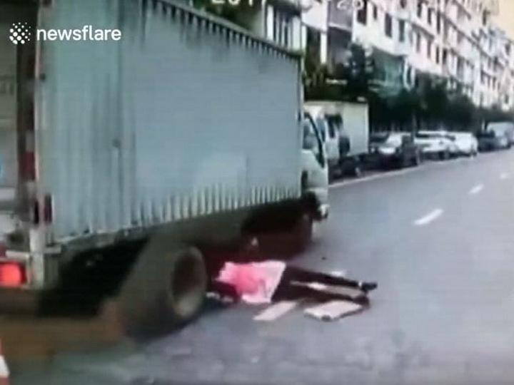 Шокирующие кадры: женщина чудом избежала смерти, попав под колеса грузовика – ВИДЕО