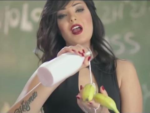 Египетская певица получила тюремный срок за скандальное видео с бананом — ВИДЕО