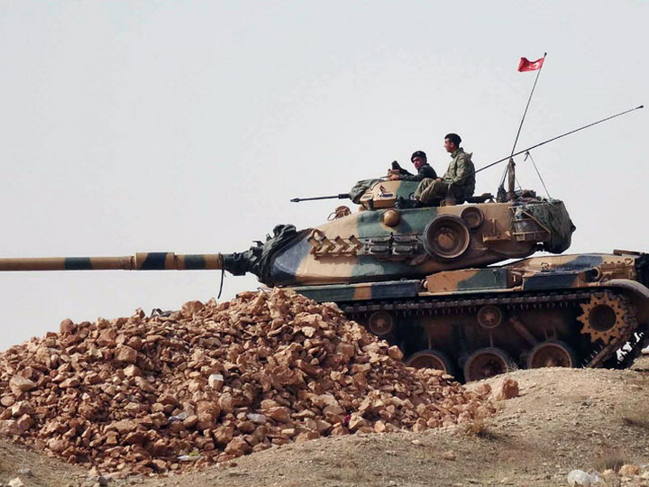 Турция перебросила еще 10 танков к границе Сирии