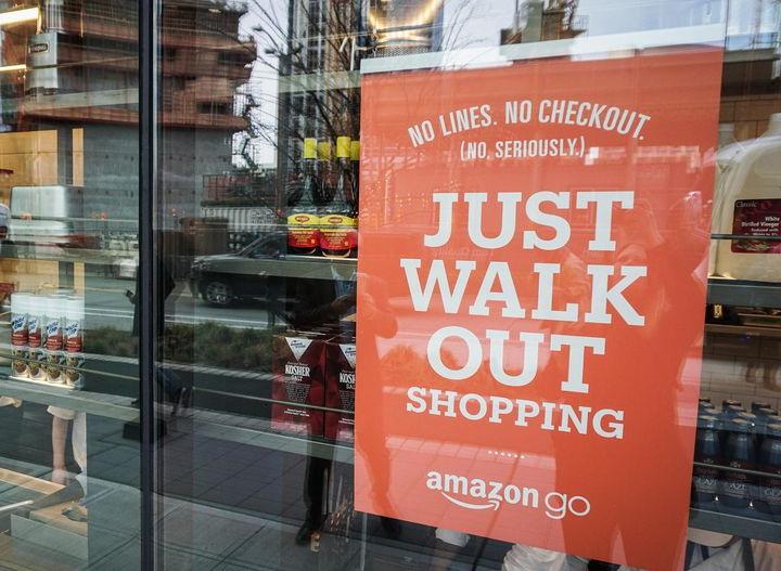 К умному «магазину без очередей» Amazon выстроилась громадная очередь — ФОТО