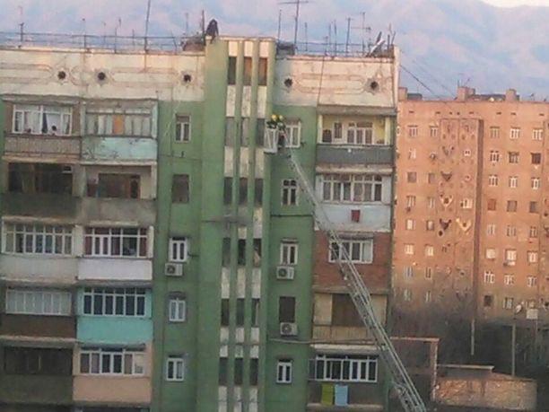 В Азербайджане мужчина обиделся на жену и пытался броситься с крыши – ВИДЕО