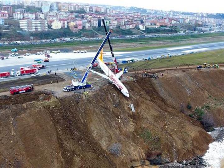 В Турции вытащили кранами съехавший в обрыв Boeing – ФОТО – ВИДЕО