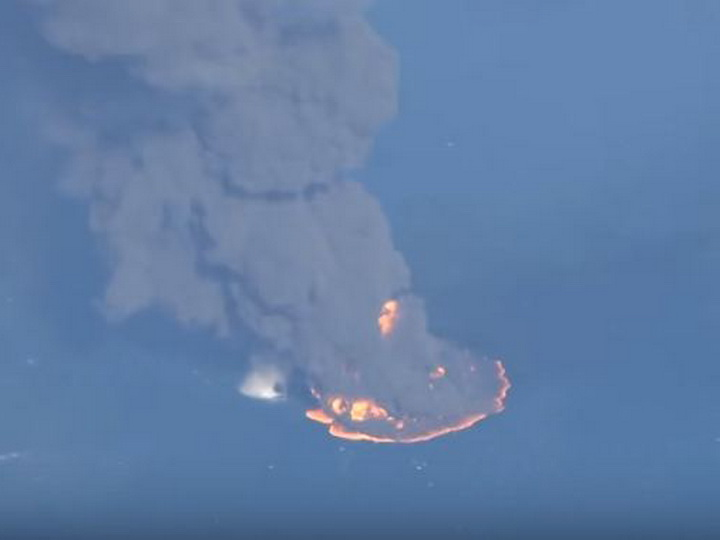 Пожар на море: на видео сняли гигантское пятно горящей нефти - ВИДЕО