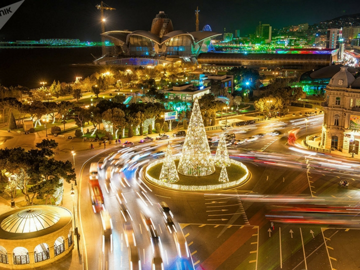 Из железа, стекла и бананов: какие елки украшают разные города мира - ФОТО