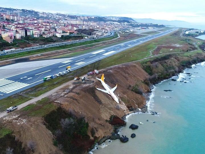 В Турции самолет скатился с обрыва возле аэропорта — ФОТО — ВИДЕО