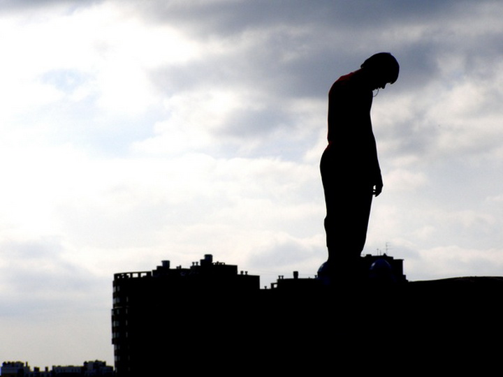 В Баку человек пытался совершить самоубийство
