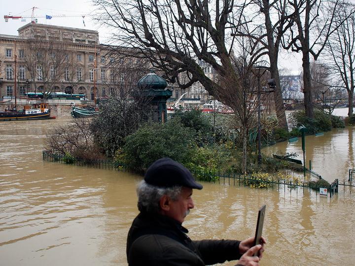 В Париже из-за наводнения эвакуируют экспонаты Малого дворца