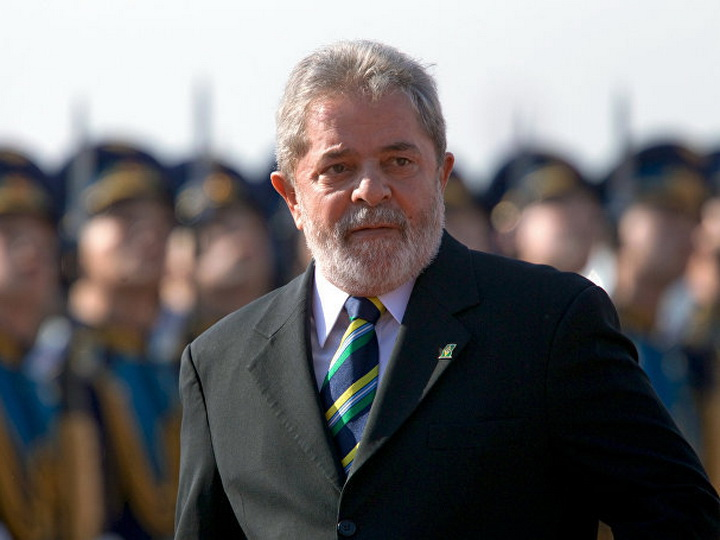 В Бразилии постановили вернуть осужденному экс-президенту паспорт