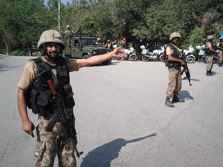 На севере Пакистана при взрыве в воинской части погибли не менее 11 человек