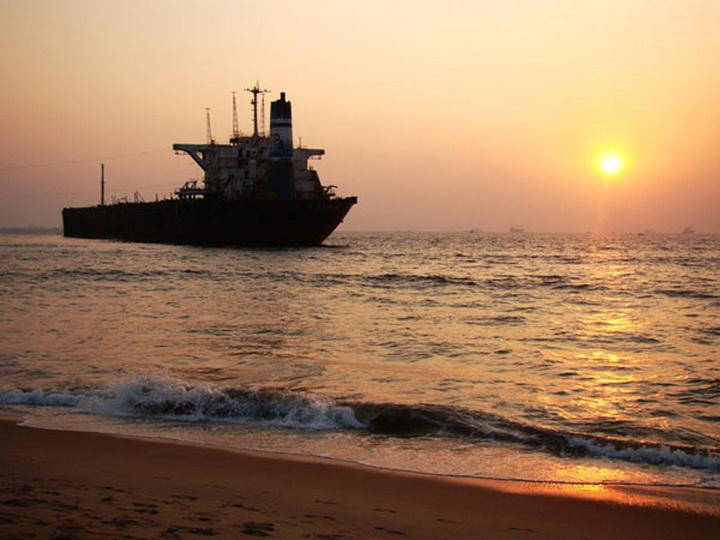 У берегов Африки пропал индийский танкер