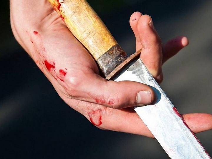В Баку муж ранил ножом жену