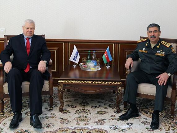 Глава Минобороны Азербайджана обсудил с Анджеем Каспшиком ситуацию на линии соприкосновения войск