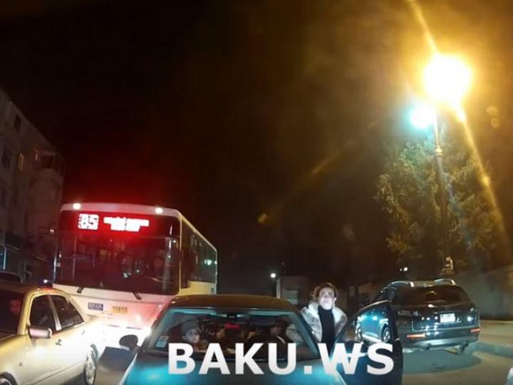 В Баку женщина-водитель выехала на «встречку» и затеяла разборку, считая, что она права - ВИДЕО