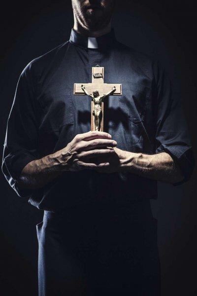 В Сети шокированы действиями жестокого священника при крещении младенца
