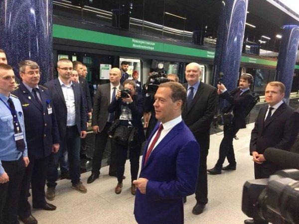 Медведев в Петербурге спустился на станцию метро «Новокрестовская»