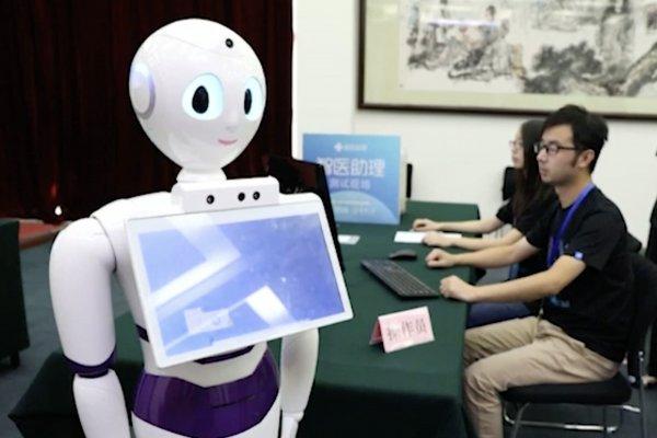 iPad-робот с дипломом: Устройство закончило школу вместо своей хозяйки