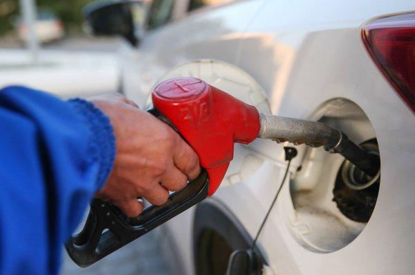 Россияне скупают дешевый бензин в интернете