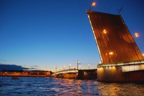 В Петербурге специально к ЧМ-2018 помыли и покрасили мосты