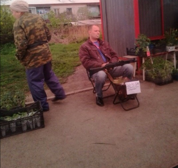 Под Екатеринбургом рядом с семечками и рассадой мужчина торговал автоматом