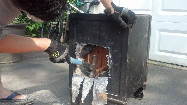 Британец достал из озера сейф с сокровищами при помощи магнита