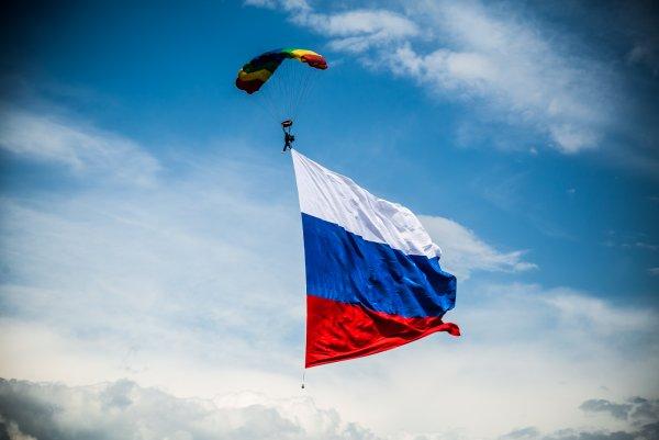 В честь Дня России парашютисты на Урале развернули в небе триколор