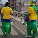 Болельщики ЧМ-2018 из Бразилии приехали в Ростов верхом на динозаврах