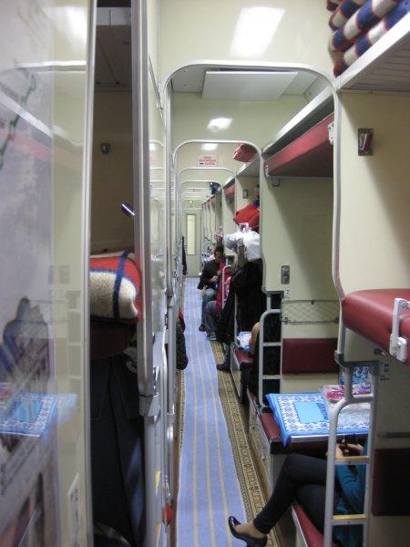 Специалисты выяснили, как пассажиры поездов поступают с храпящими соседями