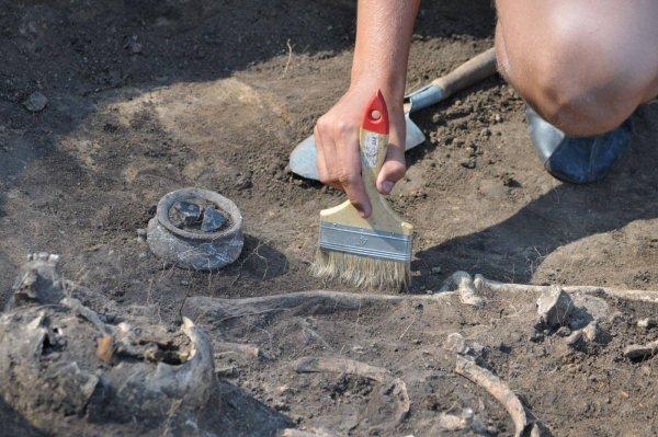 В могильнике под Ростовом археологи обнаружили скелет воина и маленькой девочки