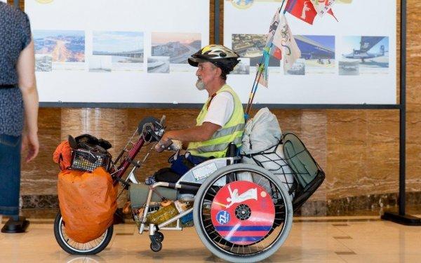 Необычный турист доехал из Петербурга во Владивосток на инвалидной коляске