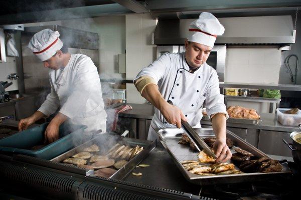 Шеф-повара обмениваются снимками испорченных невыносимой жарой блюд