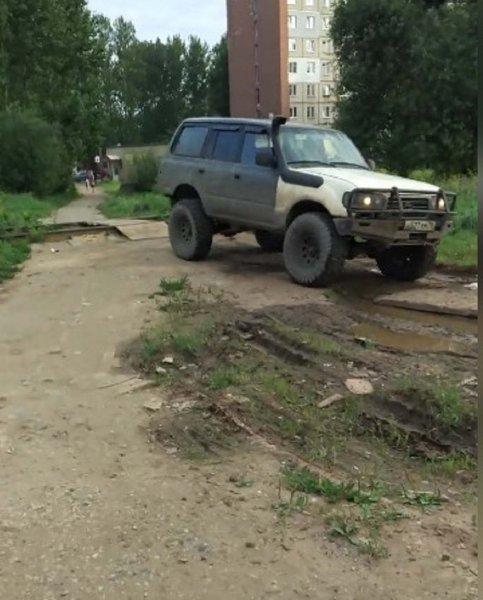 Слишком крутой джип: Жители Ярославля раскритиковали автохама
