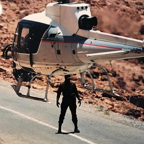 Безумные трюки на вертолете в каньоне: Пилот снял видео от первого лица