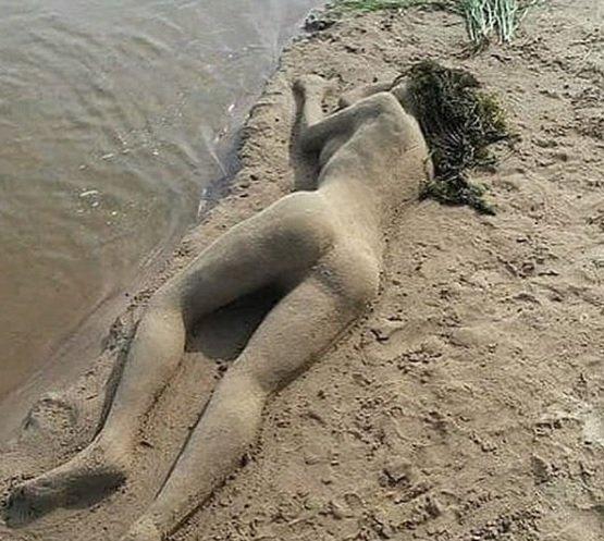 «Показалось, что живая»: На ростовском пляже из песка создали скульптуру девушки