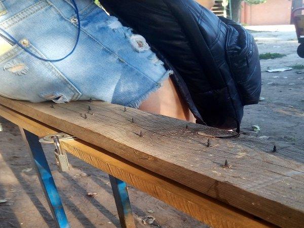 VIP-бабули крышуют район: В Ростове обнаружили лавочку для йогов