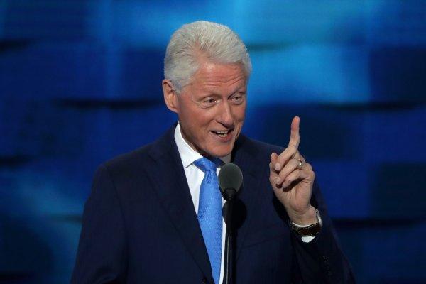 В сети посмеялись над Клинтоном, уставившимся на Ариану Гранде