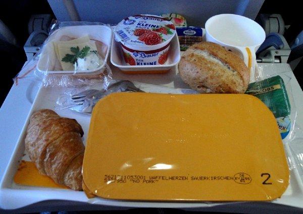 «Бутерброды, а не шоколад»: Эксперты рассказали о предпочтениях авиапассажиров в полете