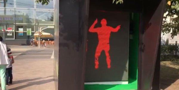 Ко дню города в Москве на Цветном бульваре установили «танцующий» светофор
